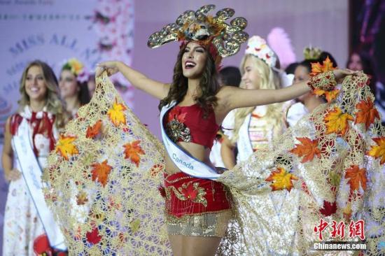 """9月26日,2016第51届全球生态旅游大使世界总决赛(MISSALLNATIONS)在南京举行,来自中国、巴西、美国、新加坡、泰国、缅甸等50个国家和地区的参赛佳丽们经过盛装、泳装和礼服展示,最终来自拉脱维亚的萝拉、澳大利亚的戴拉和巴西的阿娜卡比拉分获冠亚季军。据悉,在赛事期间,她们以""""美丽中国行""""为主题,开展了慈善访问、体验中国传统民俗文化、""""新金陵十二钗""""评选等一系列文化交流活动。图为佳丽们进行盛装展示。"""