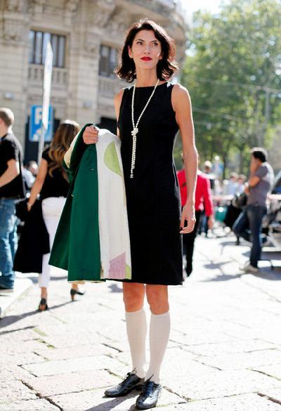 黑色无袖连衣裙搭配半腿袜及布洛克鞋