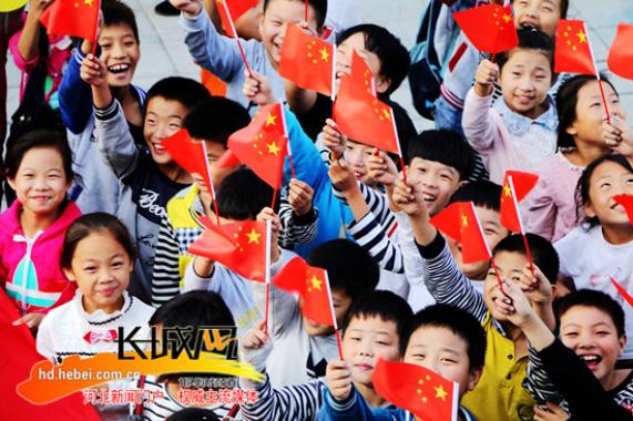 广平县小学生挥舞国旗喜迎祖国67周年华诞