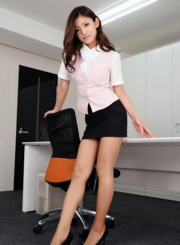 我偷看英语老师跟她_核心提示:女秘书穿短裙踩着椅子修空调,我忍不住偷看几眼,陷入情感