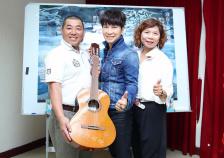 歌手邰正宵为公益献声 将心爱吉他捐出义卖