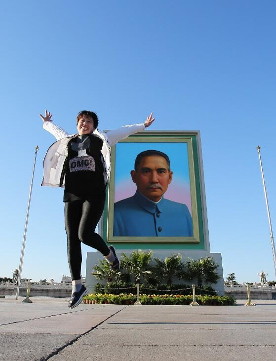 孙中山巨幅画像再次亮相天安门广场 游客争相留影