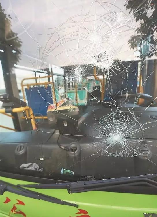 男子 郑某平 公交司机 玻璃 车窗/公交车前挡风玻璃被砸裂开
