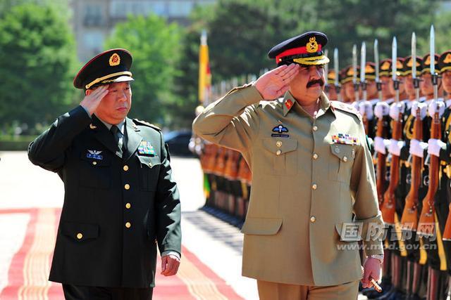 式,并陪同检阅中国人民解放军陆军仪仗队-中国陆军司令外事 首秀