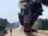 湖南起火大巴事件追踪:养路工砸出生命通道