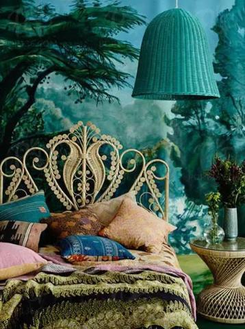 以动漫中的童话故事为背景,将动漫中的深蓝色背景,与精致的花纹形桌椅遥相呼应,上演真实版的绿野仙踪!