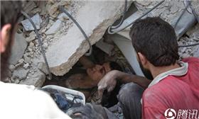 这里24小时连遭空袭 男孩被压废墟下