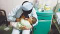 """父母遇车祸重伤婴儿饿哭,护士""""妈妈""""解衣喂奶"""