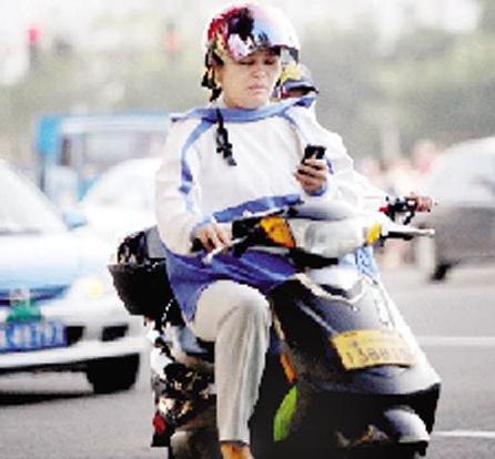 河南南召16岁厕所边骑电动车边玩手机撞伤路女孩男生和上女生图片