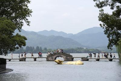 8月27日,游客在西湖边涌金桥欣赏西湖风景。