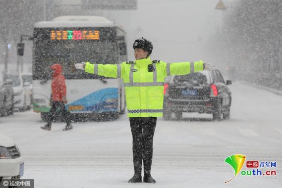 沈阳女交警大雪中指挥疏导交通 成靓丽风景线