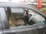 小心!汴河街路边有人砸车玻璃偷窃