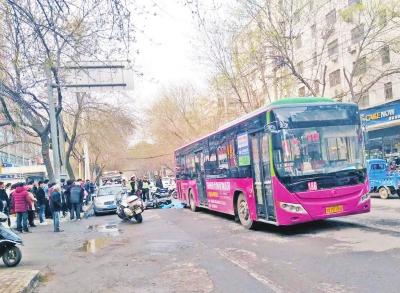 路边私家车突开车门 骑车女子被撞倒遭公交车碾压身亡
