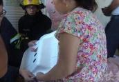 常州一小婴儿浴盆洗澡被卡 消防员用剪刀将其救出