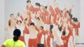 完赛运动员放松心情,参观中国体育美术作品展