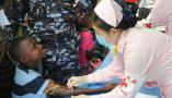 中国海军和平方舟医院船为塞拉利昂民众提供医疗服务