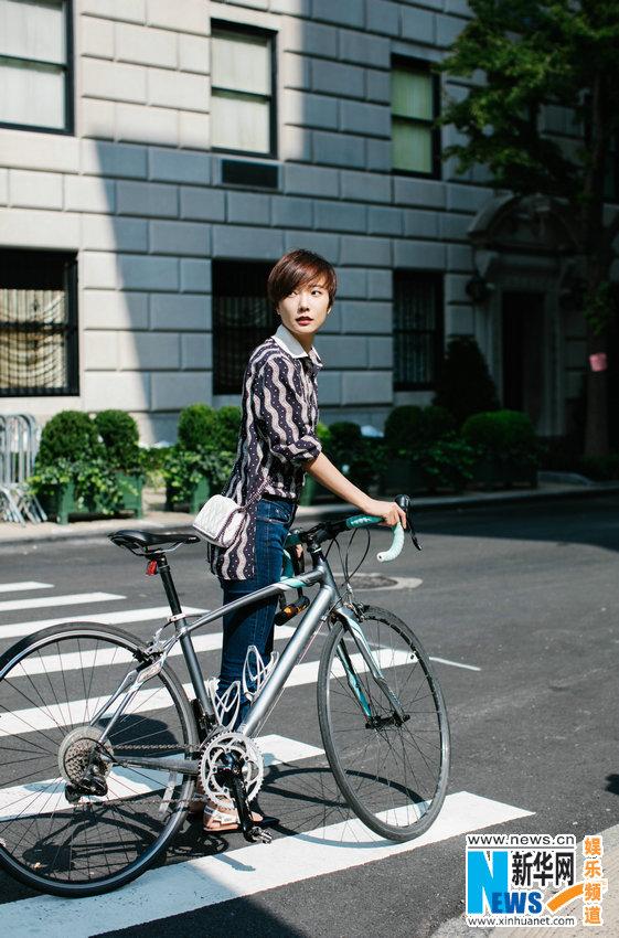 王珞丹纽约街头骑车