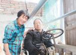 妻子照顾瘫痪丈夫34年无怨无悔 终于苦尽甘来