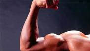 另类!俄网红注射药物增肌 肱二头肌围度达58厘米