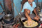 印度奇人徒手捞油锅