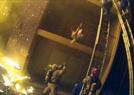 消防员伸手接坠楼女孩