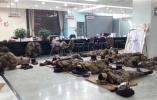 解放军无锡深夜扫雪照感动网民:铺草垫席地而睡