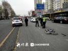 哈尔滨一SUV撞伤骑自行车男子 自行车严重变形