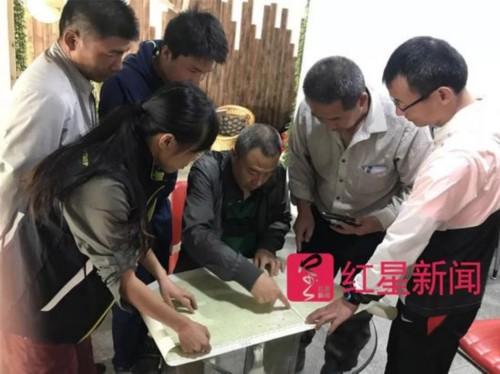 陈铮(中)正在商讨杨勇的搜救计划。