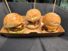 Foodies at Beijing Burger Festival explore diverse meat options: US or Australian one?
