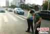 老人蹒跚过马路 河南邓州交警陪她走了6分钟