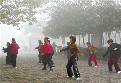 雾天空气中悬浮物较多 极易诱发呼吸道疾病