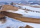 沙漠雪景引游客