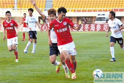在昨天结束的中乙联赛第5轮比赛中,大连博阳队0:0战平陕西大秦之水队。图为两队在比赛中。
