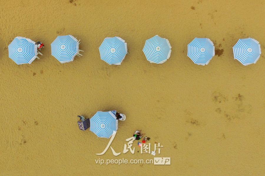 洗海澡啦!青岛第一海水浴场开放