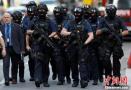 伦敦警方荷枪实弹街头巡逻加强安全警戒
