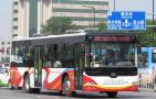 沈阳部分公交车队到考点为陪考家长提供休息场所