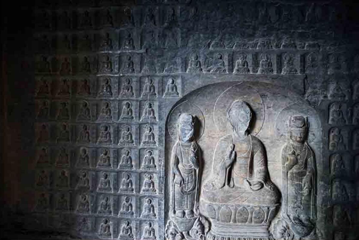 石窟和摩崖造像现存三窟六龛,分别雕刻佛、菩萨、僧、道士、天王像、金刚经文,其中千佛洞窟内四壁雕刻造像1251尊,每尊都有姓名,这在我国石窟造像中是独一无二的,是研究我国古代佛教门派及艺术的珍贵资料,窟内底层周壁所雕造的25尊传法弟子像,亦具有重要的研究价值。窄涧谷太平寺摩崖造像朝代特征明显,且有确切铭记,其崖雕工艺和风格均与洛阳龙门石窟相近。