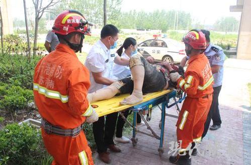 连云港一老人掉进3米深消防池 被保安的电话救了命