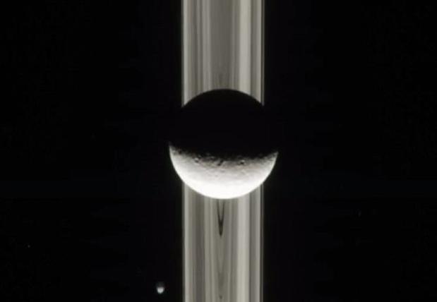 美国宇航局探测器拍摄神秘而独特的土星环