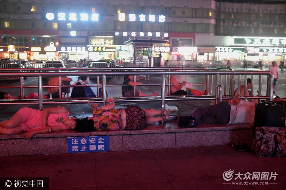 """济南酷暑 火车站广场现""""露宿族"""""""