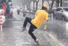 小哥雨中跳机械舞