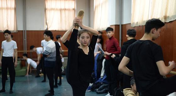 济南艺考上演00后的芳华 考生训练手臂拧麻花