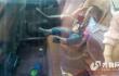 正能量!2岁小孩被锁车内 济南热心市民浇水给车降温