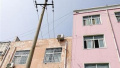 危险!郑州一处10千伏高压线距离房顶仅1米左右