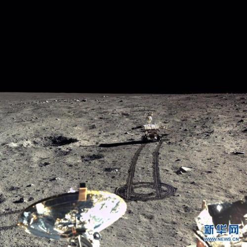 资料图:嫦娥三号和玉兔月球车拍摄的迄今为止最清晰的月面高分辨率全彩照片。图片来源:新华社