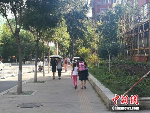 不少老年人接过了接送孩子的重任 <a target='_blank' href='http://www.chinanews.com/' >中新网记者 张尼 摄