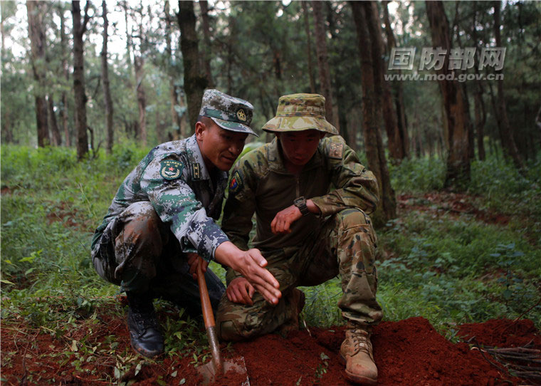 中国军人给外军当老师