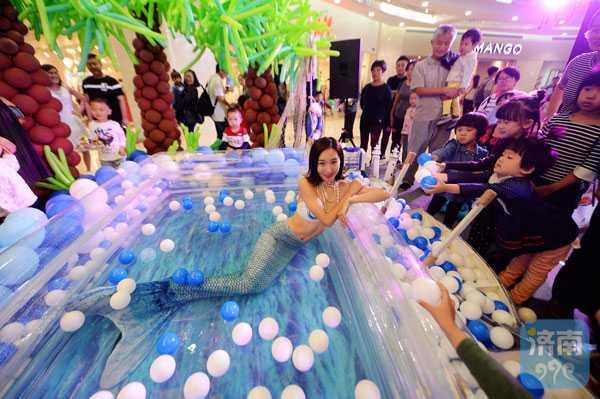 女大学生扮美人鱼 每天泡水里四小时