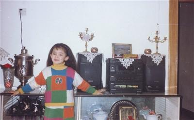 童年时期的娜扎。图片来自艺人微博