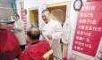 理发师理发42年价格从未高过5元 顾客心疼求涨价